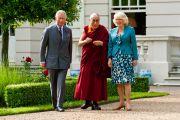 Его Святейшество Далай-лама с британским принцем Чарльзом и герцогиней Корнуольской Камиллой в Кларенс-Хаузе в Лондоне, Англия, 20 июня 2012 г. Фото: Ян Камминг