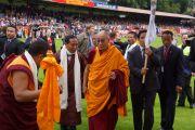 Его Святейшество Далай-ламу приветствуют на футбольном стадионе в Альдершоте, Великобритания. 21 июня 2012 г. Фото: Ian Cumming