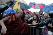 Его Святейшество Далай-ламу встречают в Эдинбурге, Шотландия. 21 июня 2012 г. Фото: Ian Cumming