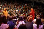 Его Святейшество приветствует аудиторию перед своим выступлением в театре Эден Корт в Инвернесс, Шотландия, 23 июня 2012 г. Фото: Джереми Рассел (Офис ЕСДЛ)