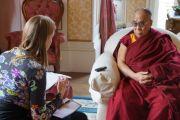 Его Святейшество Далай-лама дает интервью Международной сети уличных газет в Инвернессе, Шотландия, 23 июня 2012 г. Фото: Джереми Рассел (Офис ЕСДЛ)