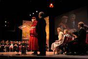 Ансамбль, играющий на волынках и барабанах, сопровождает Его Святейшество, покидающего Театр Эден Корт после его выступления в Инвернесс, Шотландия, 23 июня 2012 г. Фото: Джереми Рассел (Офис ЕСДЛ)