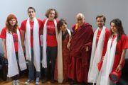 """Его Святейшество Далай-лама со студентами, принимавшими участие в съемках фильма о тибетских монахинях """"Дочери Долмы"""" в Инвернессе, Шотландия, 23 июня 2012 г. Фото: Джереми Рассел (Офис ЕСДЛ)"""