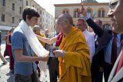 Его Святейшество Далай-лама преподносит традиционный шарф (хадак) юноше, оказавшему помощь при землетрясении 29 мая 2012 в Мирандоле, Италия. 24 июня 2012 г. Фото: Тензин Чойджор (Офис ЕСДЛ)