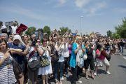 Множество людей ожидают Его Святейшество Далай-ламу в Мирандоле, Италия. 24 июня 2012 г. Фото: Тензин Чойджор (Офис ЕСДЛ)