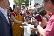 Его Святейшество Далай-лама приветствует собравшихся в Мирандоле, Италия. 24 июня 2012 г. Фото: Тензин Чойджор (Офис ЕСДЛ)