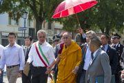 Его Святейшество Далай-ламе показывают зону, пострадавшую от землетрясения в Мирандоле, Италия. 24 июня 2012 г. Фото: Тензин Чойджор (Офис ЕСДЛ)