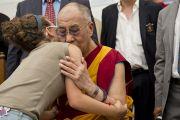Его Святейшество Далай-лама утешает спасшихся во время землетрясения в Мирандоле, Италия. 24 июня 2012 г. Фото: Тензин Чойджор (Офис ЕСДЛ)