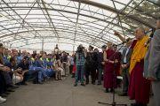Его Святейшество Далай-лама выступает в лагере для пострадавших от землетрясения и спасателей в Мирандоле, Италия. 24 июня 2012 г. Фото: Тензин Чойджор (Офис ЕСДЛ)