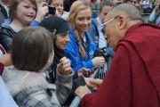 Его Святейшество Далай-лама здоровается со своими поклонниками. Эдинбург, Шотландия. 22 июня 2012 г. Фото: Джереми Рассел (Офис ЕСДЛ)