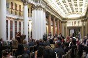 Его Святейшество Далай-лама выступает перед членами межпартийной группы парламента Шотландии по тибетскому вопросу в библиотеке Сигнет. 22 июня 2012 г. Фото: Джереми Рассел (Офис ЕСДЛ)