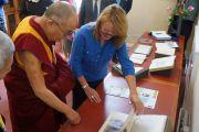 Его Святейшество Далай-лама знакомится с материалами, относящимися к Тибету, в Национальной библиотеке Шотландии. Эдинбург, Шотландия. 22 июня 2012 г. Фото: Джереми Рассел (Офис ЕСДЛ)