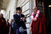 """Его Святейшество Далай-лама на ступенях концертного зала """"Caird Hall"""". Данди, Шотландия. 22 июня 2012 г. Фото: Джереми Рассел (Офис ЕСДЛ)"""