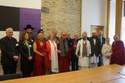 Его Святейшество Далай-лама с представителями мировых религий (христианства, сикхизма, ислама, иудаизма, индуизма и буддизма) в Эдинбурге, Шотландия. 22 июня 2012 г. Фото: Джереми Рассел (Офис ЕСДЛ)