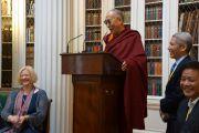 Депутат парламента Шотландии Линда Фабиани, Его Святейшество Далай-лама, переводчик Его Святейшества Туптен Джинпа, и спикер тибетского парламента Пенпа Церинг во время встречи членами межпартийной группы парламента Шотландии по тибетскому вопросу в библиотеке Сигнет. 22 июня 2012 г. Фото: Джереми Рассел (Офис ЕСДЛ)