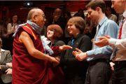 """Его Святейшество Далай-лама общается со слушателями после лекции """"За пределами религии"""". Эдинбург, Шотландия. 22 июня 2012 г. Фото: Джереми Рассел (Офис ЕСДЛ)"""