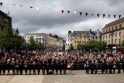 Толпа людей встречает Его Святейшество Далай-ламу на ценральной площади города Данди, Шотландия. 22 июня 2012 г. Фото: Джереми Рассел (Офис ЕСДЛ)