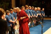Его Святейшество Далай-лама благодарит детей из хора, поющего на языке жестов, за выступление после лекции. Данди, Шотландия. 22 июня 2012 г. Фото: Джереми Рассел (Офис ЕСДЛ)