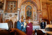 Его Святейшество Далай-лама и мэр Сант-Арканджело посещают монастырь, восстановленный Бетти Уилльямс. 25 июня 2012 г. Фото: Джереми Рассел (Офис ЕСДЛ)