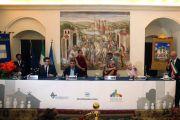 Его Святейшество Далай-лама на пресс-конференции в городе Матера, Италия, куда он прибыл, чтобы поддержать проект лауреата Нобелевской премии мира Бетти Уильямс по созданию Города мира. 24 июня 2012 г. Фото: Тони Вече