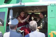 Его Святейшество Далай-лама шутит с членами экипажа вертолета лесной службы, перед вылетом в Матеру, Италия. 25 июня 2012 г. Фото: Тони Вече