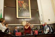 Его Святейшество Далай-лама приветствует членов городского совета в мэрии Милана, Италия. 26 июня 2012 г. Фото: Тензин Чойджор (Офис ЕСДЛ)