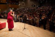 Его Святейшество Далай-лама приветствует собравшихся в театре Даль Верме. Милан, Италия. 26 июня 2012 г. Фото: Тензин Чойджор (Офис ЕСДЛ)