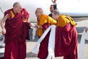В аэропорту Милана Его Святейшество Далай-ламу встретил Тхамтог Ринпоче, настоятель монастыря Намгьял и руководитель буддийского центра Гхепел Линг. Италия, 26 июня 2012 г. Фото: Тензин Чойджор (Офис ЕСДЛ)
