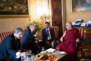 Его Святейшество Далай-лама беседует с мэром Милана Джулиано Пизапия. Италия, 26 июня 2012 г. Фото: Тензин Чойджор (Офис ЕСДЛ)