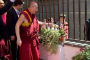 Его Святейшество Далай-лама пожимает руку мальчику, направляясь в театр Даль Верме. Милан, Италия. 26 июня 2012 г. Фото: Тензин Чойджор (Офис ЕСДЛ)