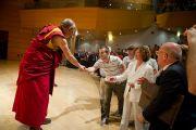 Его Святейшество Далай-лама пожимает руки слушателям в театре Даль Верме. Милан, Италия. 26 июня 2012 г. Фото: Тензин Чойджор (Офис ЕСДЛ)