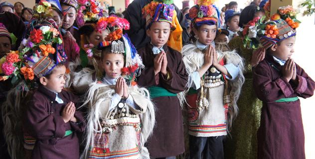 В Ладаке Его Святейшество Далай-лама даровал монашеские обеты, встретился с сотрудниками пограничной службы и посетил школу