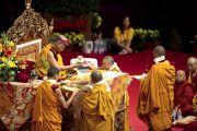 Его Святейшество Далай-лама и монахи монастыря Намгьял во время посвящения Авалокитешвары. Милан, Италия. 28 июня 2012 г. Фото: Тензин Чойджор (Офис ЕСДЛ)