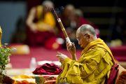 Его Святейшество Далай-лама проводит подготовительные ритуалы перед посвящением Авалокитешвары. Милан, Италия. 28 июня 2012 г. Фото: Тензин Чойджор (Офис ЕСДЛ)