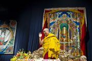 Его Святейшество Далай-лама приветствует собравшихся перед началом посвящения Авалокитешвары. Милан, Италия. 28 июня 2012 г. Фото: Тензин Чойджор (Офис ЕСДЛ)