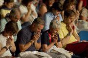 Во время посвящения Авалокитешвары, которое Его Святейшество Далай-лама даровал в Милане, Италия. 28 июня 2012 г. Фото: Тензин Чойджор (Офис ЕСДЛ)