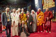 Его Святейшество Далай-лама и последователи других религиозных традиций, присутствовавшие на посвящении Авалокитешвары позируют для групповой фотографии. Милан, Италия. 28 июня 2012 г. Фото: Тензин Чойджор (Офис ЕСДЛ)