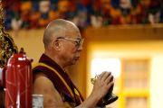 Его Святейшество Далай-лама молится о скончавшейся недавно Сонам Долме, матери покойного Десятого Панчен-ламы, в главном тибетском храме. Дхарамсала, Индия. 3 июля 2012 г. Фото: Пхунцог (Архив монастыря Намгьял)