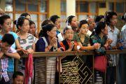 Тибетцы ожидают прибытия Его Святейшества Далай-ламы с главный тибетский храм. Дхарамсала, Индия. 3 июля 2012 г. Фото: Пхунцог (Архив монастыря Намгьял)