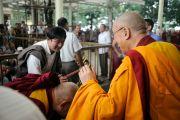 Его Святейшество Далай-лама приветствует своих последователей, покидая главный тибетский храм. Дхарамсала, Индия. 3 июля 2012 г. Фото: Пхунцог (Архив монастыря Намгьял)