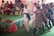 """На церемонии открытия новой больницы Фортис"""", построенной в Кангре неподалеку от Дхарамсалы, где находится резиденция Его Святейшества Далай-ламы, медицинские сестры исполнили традиционный индийский танец. Штат Химачал-Прадеш, Индия. 4 июля 2012 г. Фото: Тензин Чойджор (Офис ЕСДЛ)"""