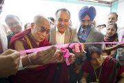 """Его Святейшество Далай-лама торжественно перерезает ленточку в новой больнице """"Фортис"""", построенной в Кангре неподалеку от Дхарамсалы, где находится резиденция Его Святейшества. Штат Химачал-Прадеш, Индия. 4 июля 2012 г. Фото: Тензин Чойджор (Офис ЕСДЛ)"""
