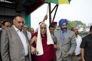 """Его Святейшество Далай-лама на торжественной церемонии открытия новой больницы """"Фортис"""", построенной в Кангре неподалеку от Дхарамсалы, где находится резиденция Его Святейшества. Штат Химачал-Прадеш, Индия. 4 июля 2012 г. Фото: Тензин Чойджор (Офис ЕСДЛ)"""