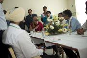 """Его Святейшество Далай-лама беседует с сотрудниками новой больницы """"Фортис"""", построенной в Кангре неподалеку от Дхарамсалы. Штат Химачал-Прадеш, Индия. 4 июля 2012 г. Фото: Тензин Чойджор (Офис ЕСДЛ)"""
