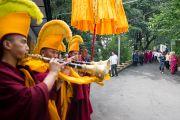 Его Святейшество Далай-лама направляется из своей резиденции в главный храм Дхарамсалы для участия в празднованиях по случаю его 77-летия. 6 июля 2012. Дхарамсала, Индия. Фото: Тензин Чойджор (ОЕСДЛ)