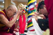 Калон-трипа Центральной тибетской администрации Лобсанг Сенге совершает традиционное подношение мандалы Его Святейшеству Далай-ламе в начале празднований по случаю 77-летия Его Святейшества Далай-ламы. 6 июля 2012. Дхарамсала, Индия. Фото: Тензин Чойджор (ОЕСДЛ)