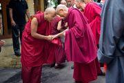 Его Святейшество Далай-лама приветствует 17-го Кармапу Оргьена Тринлея Дордже по пути в главный храм Дхарамсалы для участия в празднованиях по случаю его 77-летия. 6 июля 2012. Дхарамсала, Индия. Фото: Тензин Чойджор (ОЕСДЛ)