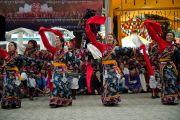 Артисты Тибетского института исполнительских искусств (TIPA) выступают на празднике по случаю 77-летия Его Святейшества Далай-ламы. 6 июля 2012. Дхарамсала, Индия. Фото: Тензин Чойджор (ОЕСДЛ)