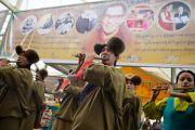 Артисты Тибетского института исполнительских искусств (TIPA) исполняют гимн Тибета в начале празднований по случаю 77-летия Его Святейшества Далай-ламы. 6 июля 2012. Дхарамсала, Индия. Фото: Тензин Чойджор (ОЕСДЛ)