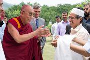 Его Святейшество Далай-лама и главный министр штата Джамму и Кашмир Омар Абудда приветствуют лидеров мусульманской общины тибетцев, живущих в Шринагаре, Индия. 12 июля 2012 г. Фото: Тензин Чойджор (Офис ЕСДЛ)